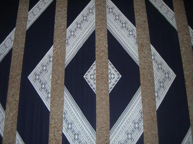 ロビーに飾られた細長いタペストリーの連作