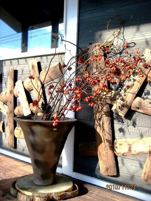 陶器のつぼと枝物