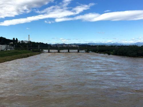 西側川の流れ上流をみる