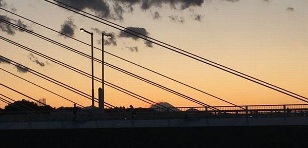 是政橋越しに富士山に陽が沈む
