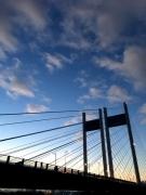 朝の是政橋に青空がひろがる