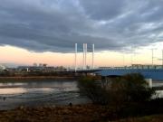 穏やかな川の流れと是政橋