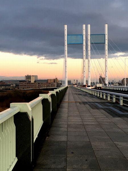雨のあがった是政橋はしっとりと佇む