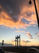 是政橋と朝焼けに染まる雲が浮かぶ青空