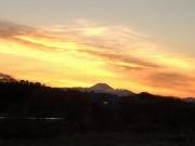 夕陽に染まる雲と富士山の雄姿