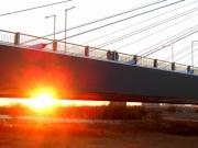 橋梁下に朝日が輝く
