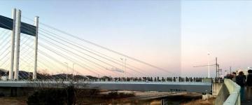 是政橋に初日の出を待つ人々が多数集まっている