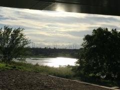 橋桁も水面も眩しく反射する