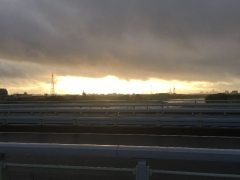 東の空がまぶしく光る