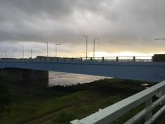 是政橋と川の流れ