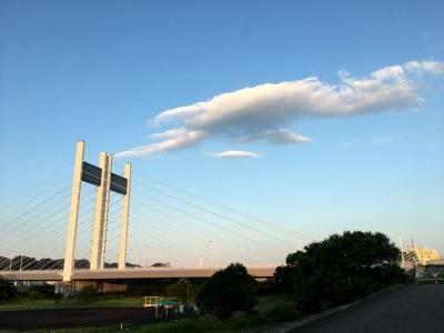 是政橋と青空に浮かぶ雲
