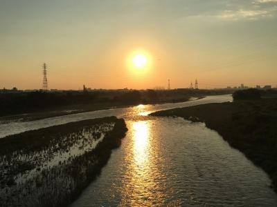 照り付ける太陽が水面に映る