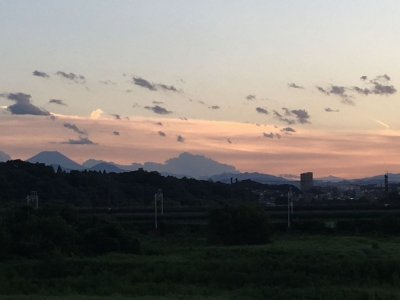 夕日に色づき雲と富士山のシルエット