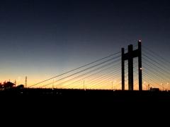 朝ぼらけに浮かび上がる是政橋