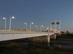 橋の外灯がぼんやりと映る