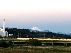 白富士をバックに電車が川を渡る