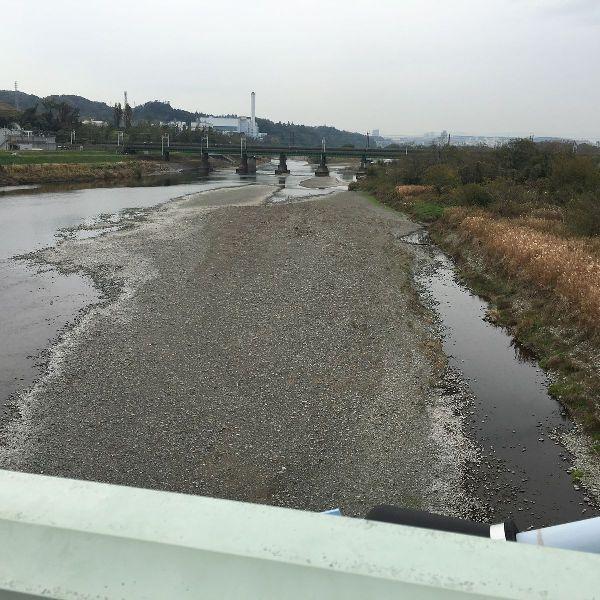 水が枯れかけた多摩川に大きな洲があらわれた