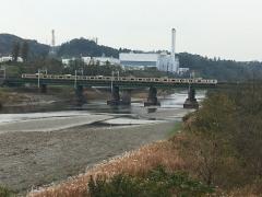 是政橋上流 秋色を横目に電車が川を渡る