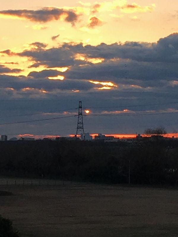 雲の隙間から朝日が覗く