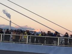 橋上の人々 後方に富士山が朝日に輝く