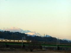 富士山をバックに電車が川を渡る