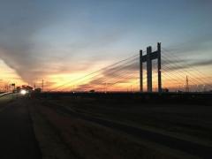 ほのかな朝焼けと是政橋