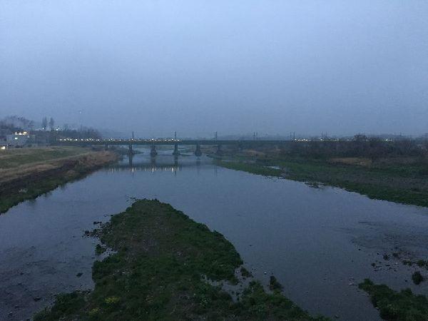 早朝の電車が川を渡ります