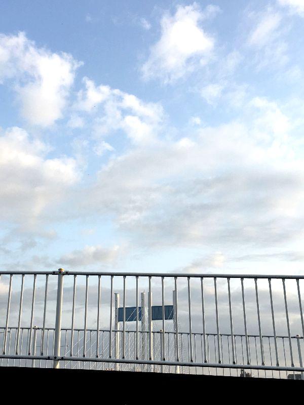 垣間見る青空がまぶしい