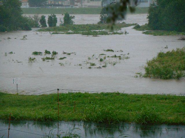 河川敷が水没、勢いよく濁流が流れる