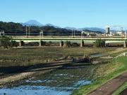 鉄橋の裏にいつもは見えない水の流れが見える