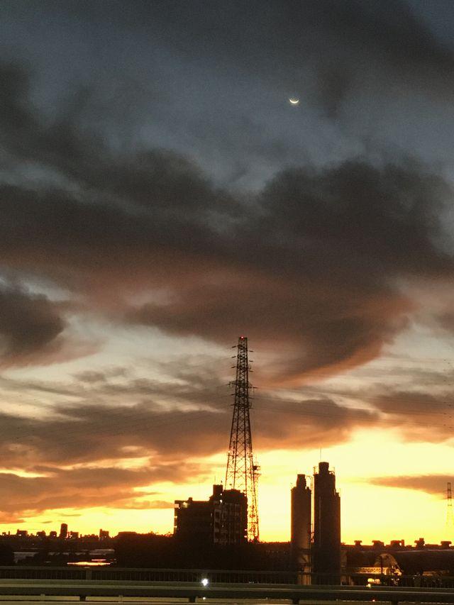 川沿いの景色がシルエットで浮かび上がる 上空には月