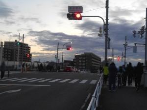 是政橋に人が集まる