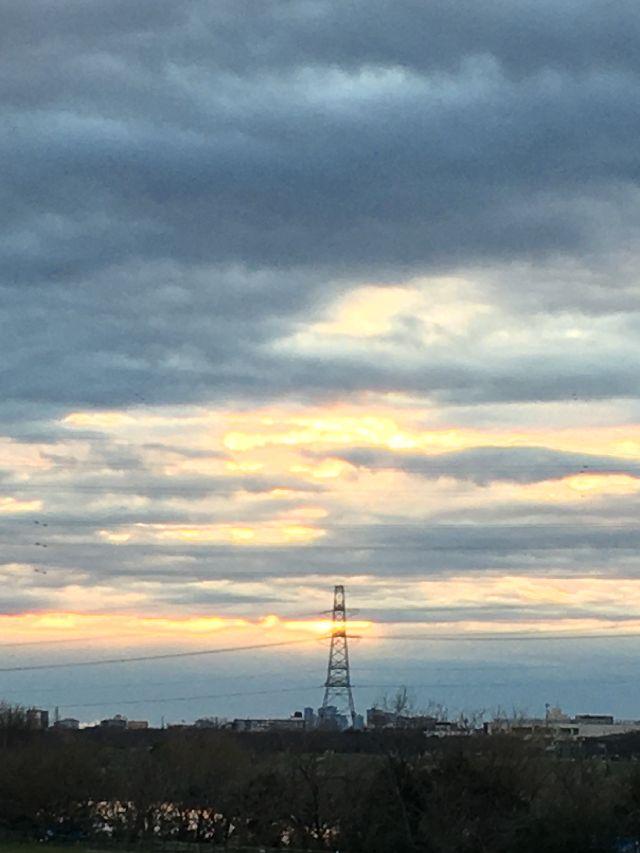 日の出時間を過ぎ、わずかに雲の合間から光が差し込む