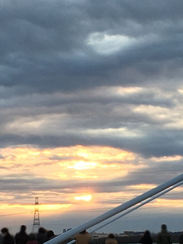 わずかに雲間から朝陽が覗く