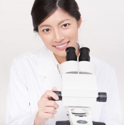 実体顕微鏡を使用する女性