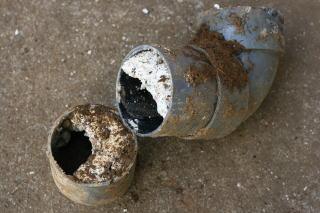 詰まった配水管
