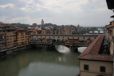 ウッフィッツィ美術館回廊から見たヴェッキオ橋