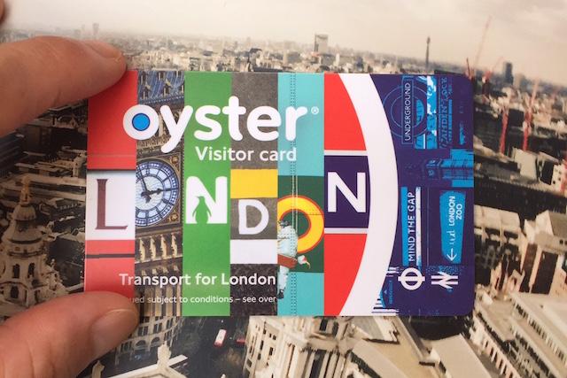 nalblog.com nalブログ。写真と旅と言葉たち。ロンドン一人旅、滞在3週間にかかるお金は?ブレグジット - イギリスEU離脱の衝撃も冷めやらぬ今日この頃、 そういえばいくら使ったんだろうとロンドンで使ったお金を計算してみました。 毎日交通機関を使い、朝と昼食はスタバやカフェで外食、観光施設の入館料なども考慮して一日どれくらい必要なのでしょうか?   旅テーマ:一人旅、格安、ローカルみたいに観光  旅行時期:2016年2月〜 滞在期間:3週間(うち2泊3日はノルウェーに滞在) 渡航先:イギリス、ロンドン チケット代(羽田〜ヒースロー空港)往復:¥103,340  シーズンオフ+早割での予約はかなりお得です。ANA利用で2月出発のチケットを約4ヶ月前に予約しました。片道5万でロンドンに行けるなんて魅力的なチケットですよね。格安航空券のメリットデメリットについては、次の記事も読んでみてください。    宿泊費:N/A(友人宅に滞在)  ラッキーなことにロンドンに友人宅に泊めてもらうことができました。なので、宿泊費はタダ。タダで泊めてもらう代わりに、日本から友人の好きなものをお土産として持って行きました。お土産はハイチュウ一箱と北斎のトートバッグ・印伝のキーケースなどです。¥5,000〜10,000ほどかかりました。 バッパー経験者の友人から聞いていたのは、朝食付で一泊20〜30ポンド。YHAのメンバーになってYHAのホステルに宿泊、またはAirbnbで宿泊先を探すのもおもしろそうです。実際私もオスロの滞在先はAirbnbで見つけました。オスロ滞在についてはまた詳しく書きたいと思います。    食費:£530〜550 ウィンザーショッピングセンター内のカフェにて。ツナ載せジャケットポテト  朝と夜は自炊、昼は外食、週に1〜2日は3食とも外食というパターンです。Sainsburysというスーパーで電子レンジでチンするタイプのレトルト食品で、2つで£7などのお得用を夜ごはんに、朝は豆乳シリアルでした。M&Sというお店はさらにお得で、3つで£7のレトルト商品があり、味もまぁまぁ、牛乳・チーズ・添加物がだめなお腹の弱い私ですが、イギリスの食品はなぜか大丈夫でした。よく、イギリスの食べ物は美味しくないと言われるのを聞きますが、味付けが薄い・ないというよりは、MSG等のいろんな添加物が入っておらず、食材を活かした自然な味付けがこちらでは好まれているからではないかと個人的に推測しました。私にはちょうど良かったです。話がそれましたが、一日あたりにすると食費は大体£30ほどです。朝晩自炊にすれば、チェーン店でランチ+カフェで2回お茶しても£20。週末3食外食でも余裕です。スタバの紅茶は色々選べて£1.85、店内で座って飲む場合は追加料金がかかるので、だいたいお茶£2お菓子£3の計算で、ティータイムは£5で楽しめます。有名店での優雅なアフタヌーンティーにも憧れますが、それはまたの機会に。 一日平均2万歩は歩いていたので、お腹ペコペコ。滞在日の中でも食費が一番かかりました。 お店でお酒を飲むなら、ビールは£5〜、カクテルは£10〜£20で考えておきましょう。イギリスのヘルシーなファストフード店LEON(レオン)朝食メニュー。      交通費:£120 〜£150 ヒースローからの移動も含め、ロンドン・ビジター・オイスター・カードの利用がなんといってもお得です。 ロンドン市内の交通機関(地下鉄・バス)などで利用できるプリペイドカードで、英国政府観光庁のオンラインショップで購入することができます。£15、£20、£30、£40、£50から選んで円建てでの購入が可能です。このカードのいいところは、交通料金が50%オフ、なんと半額になる点です。一日の上限額も£6.50(ゾーン1〜2区間を移動した際)と決まっているので、一日で交通機関を使って色々回りたい人にはピッタリです。私の場合は、£50のビジターオイスターカードを購入しまし、その後3〜4回ほど現地でチャージしました。一日£6.50 x 19日=£123.5に加え、ゾーン1〜2区間以外のKew Garden(ゾーン3・4)やGreenwich(ゾーン3)、Windsorにも行ったので、合計£150ほど使いました。地下鉄の乗り方を覚えるのは大変でしたが、慣れれば簡単。2階建てバスの2階の窓から見る街並みは圧巻でした。 このカードはイギリスから国際郵送で届くため時間がかかります。前もって購入することをオススメします。  雑費:観光施設入場料 £51  その他雑費は観光施設の入場料やお土産代などですが、ひとそれぞれ使い道が違うと思うので、観光施設の入場料だけ換算します。 私が行った有料の観光施設は、  セン