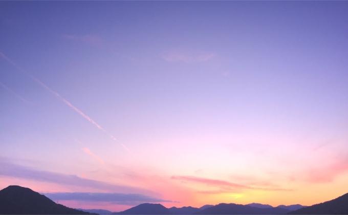 nalblog.com nalブログ。写真と旅と言葉たち 春色の夕空 日本とオーストラリアの違い ちょっと休んで  明日への活力  心にふわっと  今日の優空    「春色の優空」  写真:©2017 Yuko Yamada. All Rights Reserved. 撮影地:広島県広島市安佐南区 使用カメラ:スマートフォンiPhone6背面カメラ 使用アプリ:Procamera 焦点距離:29mm 露出設定:1/250秒 f/2.2 ISO 80      晴天が続いた後の夕空の色が好きです。どこまでも透き通っていて、特にこの季節は色が柔らかいので優しくてふんわりとしたパステルカラーの夕空を見ると心が穏やかになります。夏は夏で鮮やかで力強い色になり秋にはまた穏やかな色合いになるのですが、空の色にも四季があるのってすごいなと思います。日本の四季、日本の色、ここにしかないものに気付いたのはオーストラリアに住んでからでした。オーストラリアにも四季はありますが、日本のように穏やかに変化するというよりは劇的な変化だったような気がします。一日の中でもコロコロと天気が変わるので一日の中に四季があると言われたりするほどです。例えば、朝は晴れていたのに昼に特大のヒョウが降り、ヒョウが降ったかと思えばその後は何もなかったようにカラッと晴れて暖かくなる……というような日もあります。空の色はコントラストの強い青です。乾燥しているので光がよく通るのか、街中で見る色も自然の中の色も全体的に鮮やかな色が多かったです。朝夕の太陽が昇って沈む時の太陽の存在感はものすごく、空も近くに迫ってくるようでした。日本の色でおもしろいなぁと思ったのは、昔のタイプの電車や路面電車の車体の色です。あのレトロ色って、雨に濡れると色が濃くなり艶やかになりますよね。自然にある草木が水分を含むと生き生きした色になるように、このレトロ色も変化するんです。意図されていることなのかどうかはわかりませんが、日本の色、奥が深いなぁと思います。当ブログに掲載されている画像等の無断転載はご遠慮ください。