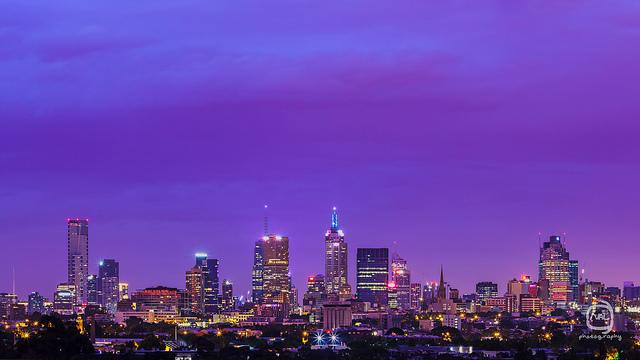 nalblog.com nalブログ。写真と旅と言葉たち 春色の夕空 日本とオーストラリアの違い ちょっと休んで  明日への活力  心にふわっと  今日の優空    「メルボルンの夜明け」  写真:©2013 Yuko Yamada. All Rights Reserved. 撮影地:オーストラリア ビクトリア州 メルボルン 使用カメラ:デジタル一眼レフカメラ Canon EOS Kiss X4 使用レンズ:EF 50mm f/1.8 II 焦点距離:50mm 露出設定:30秒 f/8.0 ISO 100 三脚使用:マンフロット三脚    晴天が続いた後の夕空の色が好きです。どこまでも透き通っていて、特にこの季節は色が柔らかいので優しくてふんわりとしたパステルカラーの夕空を見ると心が穏やかになります。夏は夏で鮮やかで力強い色になり秋にはまた穏やかな色合いになるのですが、空の色にも四季があるのってすごいなと思います。日本の四季、日本の色、ここにしかないものに気付いたのはオーストラリアに住んでからでした。オーストラリアにも四季はありますが、日本のように穏やかに変化するというよりは劇的な変化だったような気がします。一日の中でもコロコロと天気が変わるので一日の中に四季があると言われたりするほどです。例えば、朝は晴れていたのに昼に特大のヒョウが降り、ヒョウが降ったかと思えばその後は何もなかったようにカラッと晴れて暖かくなる……というような日もあります。空の色はコントラストの強い青です。乾燥しているので光がよく通るのか、街中で見る色も自然の中の色も全体的に鮮やかな色が多かったです。朝夕の太陽が昇って沈む時の太陽の存在感はものすごく、空も近くに迫ってくるようでした。日本の色でおもしろいなぁと思ったのは、昔のタイプの電車や路面電車の車体の色です。あのレトロ色って、雨に濡れると色が濃くなり艶やかになりますよね。自然にある草木が水分を含むと生き生きした色になるように、このレトロ色も変化するんです。意図されていることなのかどうかはわかりませんが、日本の色、奥が深いなぁと思います。当ブログに掲載されている画像等の無断転載はご遠慮ください。