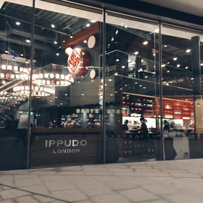 nalblog.com nalブログ。写真と旅と言葉たち ロンドンでラーメンを食べてみた。味は? 地下鉄のTottenham Court Road駅で下りてプラプラと歩いていたら、ロンドンに来たら必ず来ようと思っていたお店、一風堂を見つけました!博多の一風堂には何度か足を運んだことはあり、ロンドンにもできていることを知ってずっと行ってみたいなぁと思っていたら思いがけず発見!なんだかオシャレなビルの一角に堂々とお店を構えておられる。。。お昼に通りがかったのですが、その時は入らず夜再び来店しました。お店に入って見ると、ラーメン屋というよりはちょっとおしゃれな居酒屋バーのような内装。ガラス張りに高い天井と、ほんのりとした照明。こんなラーメン屋日本にはないよなぁ、ロンドンはすごいなぁとお上りさん状態でした。  とりあえずビールも頼んでラーメンは、博多でも食べたオーソドックスな「Shiromaru Classic」を注文。一風堂ロンドン 白丸クラシック £10.00    ラーメンの器がなんだかモダンで博多で食べたのと比べると豚骨ラーメンにしてはサッパリしていると感じました。赤丸でもよかったかなぁとロンドンの白丸を食べて思いました。お値段は、ビール一杯とラーメンで£17.90。日本円にすると2500円くらいでしょうか。日本の相場と比べると高く感じますが、こんなもんだと思います。IPPUDO LONDONでは、ラーメン以外のメニューも充実していたので、飲みに来てちょっとつまむという感じも楽しいかなとう感想を持ちました。ちなみにこの真向かいにもう一軒「Kanada-Ya(金田屋)」というこぢんまりとしたラーメン屋さんがあります。こちらも行列ができるほどにぎわっています。店内は奥に広く、スープは胡麻の風味のようなクリーミーな味わいでこちらも美味しかったです。ラーメンの他には、一風堂から2ブロックほど北にICHIRYUといううどん屋さんがあります。ロンドンで食べる日本食、なかなか乙です。写真:©2016 Yuko Yamada. All Rights Reserved. 当ブログに掲載されている写真等の無断転載はご遠慮ください。
