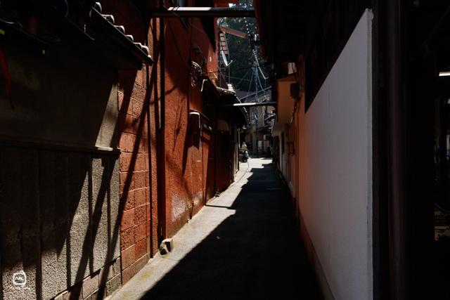 nalblog.com nalブログ。写真と旅と言葉たち 宮島からの風景 - 町家通りを歩いてみる  宮島口からフェリーで10分、桟橋に着くといつもは右手の海沿いを歩いて厳島神社を目指すのですが、先日教えていただいた町家ルートを試しに歩いてみることにしました。桟橋を出て直進、少し狭い道に入ります。トンネルを通ってすぐ右手に上に登る階段があったので、行ってみました。日本屋根を前景に広がる瀬戸内海と行き交うフェリーが綺麗に見えました。階段を降りて元の通りに戻ります。    「町家通り」という提灯のあるこの通り、昔ながらの建物が綺麗に保存されており、風情があって静かなところです。 着物レンタルや雑貨屋さん、カフェなど落ち着いた印象のお店がまたその通りに馴染んでいて素敵でした。赤いポストもレトロで素敵です。古い木と昔ながらのデザインが醸し出す空気が好きです。ミモザの花が店先に生けてあったのでその写真を撮らせてもらっていたら、中から黄色い制服の業者さんが……。 朝の光が気持ちよく差し込みます。ぐるぐるしたデザイン脇道に入ってみるのもなんだかおもしろそうです。町家通りをまっすぐ行くと、五重塔の脇を通って厳島神社に到着です。   海側を行くよりも少し遠回りですが、町歩きをして神社仏閣や周辺の景色も堪能するならこちらのコースもオススメです。着物レンタルで着物に着替えて町家通り〜厳島神社参拝〜戻ってカフェで一服なんていうのもおもしろいだろうなぁと思いました。  いつもと違う道を歩いてみるのもまた、ワクワクして楽しいですね。   写真:©2017 Yuko Yamada. All Rights Reserved. 当ブログに掲載されている画像等の無断転載はご遠慮ください。