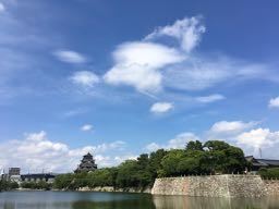 広島城 nalblog.com なんとかなる。なんとかする。2017年7月17日(月)海の日 健康記録 2017年7月17日(月)海の日 晴れ・曇り  歩数:16,039歩 歩いた距離:10.1km 睡眠時間:5時間48分 マインドフル時間:5分   前日は日付が変わる頃に就寝、睡眠時間はいつもより少なめです。この日は広島で開かれているケベック映画祭最終日。広島中央図書館に併設されている映像文化ライブラリーへ映画を観に行きました。カナダのケベック州出身の監督作品5作品が5日間に渡って上映され、そのうち2作品がずっと観たいなぁと思っていたグザヴィエ・ドランの作品でした。2014年発表の「Mommy」を観た時もですが、色やカメラワークなどの表現方法がとても印象的で、「そのまま」な感じがいいなぁと感じました。  この日は夕方から撮影の予定だったので、映画鑑賞後、図書館の食堂でカツ丼を食べて図書館で本を借り、それから街を散策することにしました。とりあえず広島城〜広島駅を歩いてみました。縮景園から見える川沿いを歩いてみようと道を探しましたが、反対側しか歩けないようで、断念。橋を渡って広島駅の南口の川沿いを少し歩きました。お昼を回って一番暑い時間だったので、くじけそうになりましたが、途中コンビニに寄ったり木陰で休んだりして暑さをしのぎました。蔦屋家電の入り口から噴き出してくる乾いた冷気にも2度救われました。街の暑さは鉄板の上を歩いているようにグツグツと体内に熱が溜まっていくような暑さで、自然の暑さとはまた違うなーとお上りさんは思うのでした。  広島駅からバスに乗って横川まで移動。コンビニであんぱん・クッキー・豆乳を購入してそのまま河原に直行しました。日が落ち始めるまでまだ2時間ほどあったので、風の通る橋の下で休憩をとりました。川辺で涼む人、バーベキューをする家族連れ、芝生でフリスビーを楽しむ学生、ランニングをする人たち。河原でもそれぞれの時間が流れていました。  この日はビデオ中心に撮影しました。DSLRの動画機能を使っての撮影です。まだ全然練習段階なのですが、作品も出し始めたので数をこなして技を磨いて行きたいと思います。  というわけで、10km近くをバックパックを背負って歩き肌もすっかり小麦色。お出かけ用の革靴を履いての歩きでしかも靴下が薄かったため大きなマメができましたが、新しいものを見て感情を揺さぶられ、刺激的で充実した一日でした。
