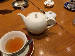 nalblog.com なんとかする、なんとかなる。クリスマスから年越し準備と年末のご挨拶 クリスマスイブ、母といつもお世話になっている母のお友達に顔を見せに人が集まる場所へ行ったのですが、日本のクリスマスイブも色々忙しいですね。静かなカフェに入って、何だか面白そうな忘年会の様子を聞いて、私は東京に行ってきましたのご報告をしました。小一時間くらいの短い時間でしたが、いい時間を過ごしました。夜はいつも通り過ごして、見たい番組が11時だったので少し仮眠を取ろうと思い8時ごろ横になったら、思いの外疲れていたようで、次に目が覚めたのは朝5時半でした。    作業もひと段落したので、明日から年越準備を始めたいと思います。まずは大掃除、窓と網戸を片っ端から洗って磨いて行く予定です。ボロボロになった2階の大窓の網戸も張り替えたいのですが、大きすぎて手に負えないので今年は放置。来年暖かくなってからどうにかしようと思います。    おせちはきっと毎年のようにお煮しめを母が作り、栗きんとんと田作りを私が作り、かまぼこを甥っ子が切って、あとは兄が持って帰ってくるものとお酒で新しい年を迎えるのかなぁという感じです。特別なものはないけれど、家族が集まれる温かい場所があるというのはとてもありがたいことです。今年一年、大きな病気もなく健康に過ごせたことに感謝です。コツコツとやって来たこともそれなりの結果が出始めているので、それも人生の一部として気長にコツコツ楽しみたいと思っています。    来年は、選択の多い年になりそうな気がしているので、自分にとって自然な選択ができるよう日々精進します。    最後になりましたが、本ブログを読んでくださっている皆様、いつもありがとうございます。2017年も残りわずかとなりました。どうぞ、良いお年をお迎えください。2018年もよろしくお願いいたします。