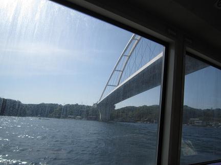 大橋を抜けると港です
