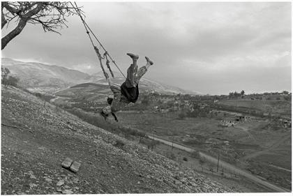 鬼海弘雄「アナトリア」 ひとり、ブランコ遊びをしていた脚に障害のある少女