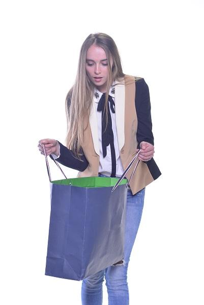 買物をする若い女性
