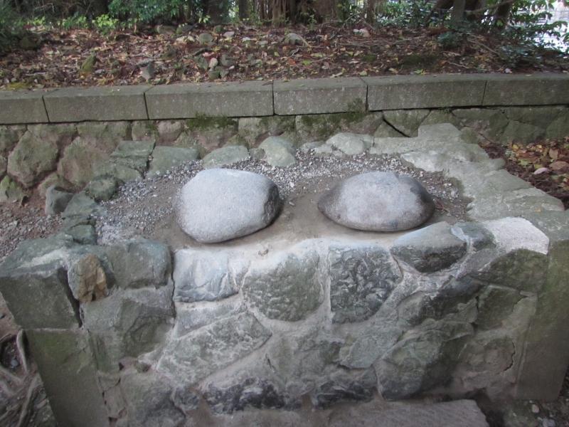 弥彦神社(彌彦神社)の火の玉石(重軽の石)