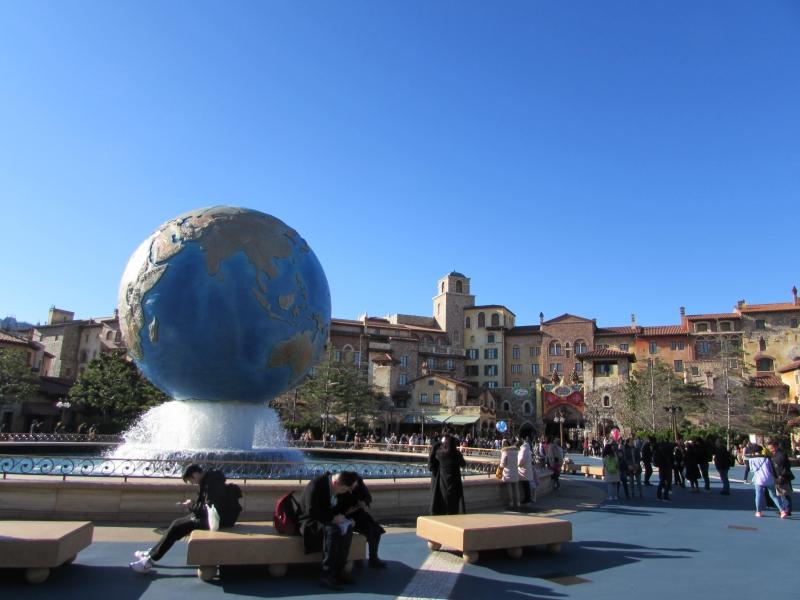 ディズニーシーの入り口では巨大な地球儀と噴水がある