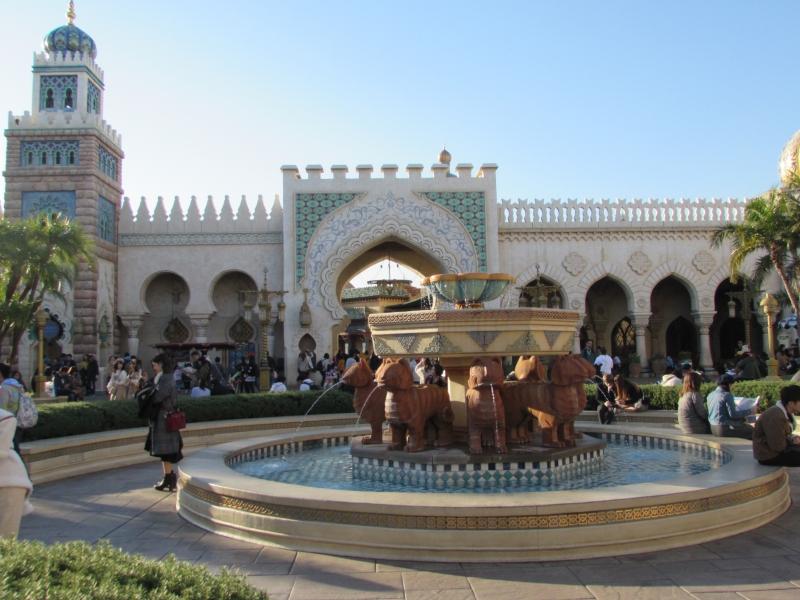 中東の世界に旅にきたようなアラビアンナイトの街並み